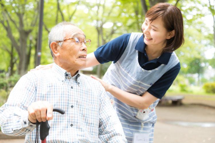 介護士が老人に付き添い
